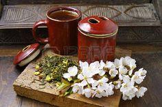 56961205-japan-s-tea-cups-with-green-tea-on-wooden-plank-and-sakura-flowers-on-dark-wooden-background.jpg (450×300)