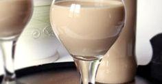 Hozzávalók  250 ml tejszín 3 tojássárgája 2 tubus cukrozott sűrített tej (340 g) 1 evőkanál porcukor 10 g étcsokoládé 1 teáskanál vaníliakivonat 40 ml erősre…