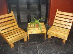juegos de sillones y mesita para jardín de madera de palet.-