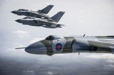 After fifty-five years in the Royal Air Force, with twenty-four years of operational service including participation in the Falklands War in 1982, the last Vulcan XH558 in flying condition in the world has just completed its last sortie with Tornados..Accompanied by 12 Squadron Tornado GR.4s to pay their last tribute, also flew over International Bomber Command Centre, Lincolnshire, which is a museum where Second World War bombers are displayed , and where it will soon reside.