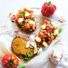 This Bocconcini Bruschetta is perfect for your breakfast. Super delicious and super easy, give it a try and you'll thank me later. Healthy Cooking, Healthy Eating, Pesto Salmon, Clean Dinners, Italian Chef, Savory Snacks, Appetisers, Perfect Food, Bruschetta