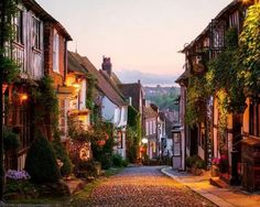 The Most Beautiful Small Towns in the U. Roggen, East Sussex, England The post Die schönsten Kleinstädte in Großbritannien & Aesthetic appeared first on Small town travel . East Sussex, Rye Sussex, Oh The Places You'll Go, Places To Travel, Places To Visit, Travel Local, Rye England, Dorset England, The Mermaid Inn