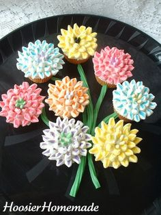 What delicious and beautiful edible Mother's Day bouquet of cupcakes! Flower Cupcakes, Yummy Cupcakes, Cupcake Cookies, Cupcake Bouqet, Spring Cupcakes, Pretty Cakes, Beautiful Cakes, Amazing Cakes, Mothers Day Cupcakes