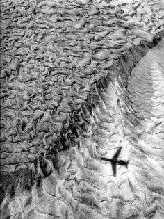 L'ombre de l'avion  1962  ¤ Robert Doisneau   Atelier Robert Doisneau   Site officiel