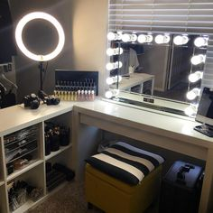 Our DIY makeup room ideas, find the best combination of dedicated space, storage, and style to make applying makeup a joy. Decorate a dressing room vanity. My New Room, My Room, Cozy Bedroom, Bedroom Decor, Bedroom Ideas, Rangement Makeup, Vanity Room, Glam Room, Teen Room Decor