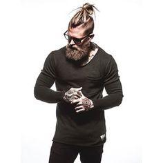 Et ce bel homme, costaud et hérissé. | 23 barbus avec des chignons qui vont vous réveiller sexuellement