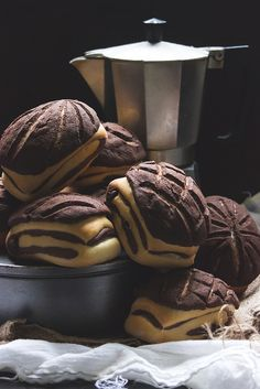 Brioches marbrées en craquelin de cacao - Marble Chocolate Buns w/ Chocolate Cookie Crust