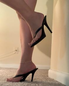Night everyone! Sexy Legs And Heels, Hot High Heels, Gorgeous Feet, Beautiful Legs, Pointed Heels, Strappy Heels, Wedge Flip Flops, Sexy Toes, Mules Shoes