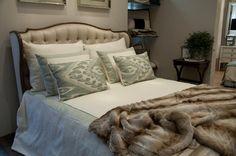 Quarto de casal com almofadas travesseiro, colcha, cortina sob medida no showroom Casa Mineira.