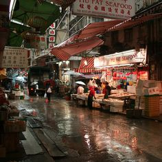 Graham Street Market is the biggest street market in the Central area of Hong Kong, where you see locals buying groceries and everyday needs.