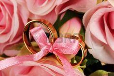 Fedi nuziali legato con nastro su sfondo rosa Archivio Fotografico