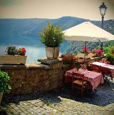 Having lunch here (Lago Albano, Italia)