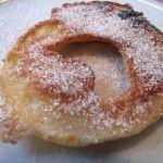 Je vous présente ici une recette typiquement alsacienne : les Apfelkiechle (beignets aux pommes) ! En Alsace, ces beignets suivent généralement une soupe aux légumes faite maison ou sont mangés à Mardi-gras.