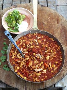 Turkey is not just for christmas or thanksgiving! Its a lean protein,low in fat,high in tryptophan-strengthening our immune systems by helping our bodies produce selenium. Turkey con chilli. Jamie oliver Turkey Chilli, Turkey Gravy, Smoked Turkey, Jamie Oliver, Leftover Turkey Recipes, Turkey Leftovers, Turkey Meals, Turkey Dishes, Cooking Turkey