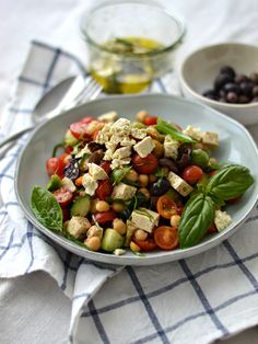 """Hoje partilho convosco a receita de uma deliciosa salada mediterrânica de grão-de-bico com """"feta"""" de Tofu. Esta receita é perfeita para o verão!"""