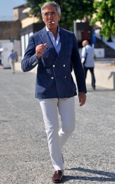 Love it, very simple - nautical is a never fail Italian Mens Fashion, Men With Grey Hair, Summer Chic, Well Dressed Men, Suit And Tie, Gentleman Style, Dress Codes, Mens Suits, Men Dress