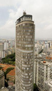 Construído em 1956, o Edifício Itália foi por muito tempo o maior edifício da cidade de São Paulo, com 165 metros (hoje, é o segundo maior) e é um dos pontos turísticos mais visitados da capital, devido à vista 360º da cidade que seu terraço, onde se localiza o restaurante Terraço Itália, proporciona. Foto: José Cordeiro/ SPTuris.