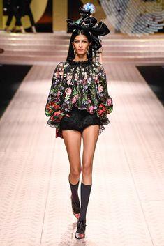 Dolce & Gabbana Spring 2019 Ready-to-Wear Collection - Vogue Colorful Fashion, I Love Fashion, Curvy Fashion, Trendy Fashion, Boho Fashion, Fashion Brands, Fashion Design, High Fashion, Cheap Fashion