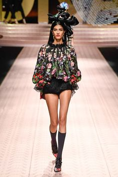 Dolce & Gabbana Spring 2019 Ready-to-Wear Collection - Vogue I Love Fashion, Curvy Fashion, Trendy Fashion, Boho Fashion, Fashion Brands, High Fashion, Fashion Outfits, Fashion Design, Cheap Fashion