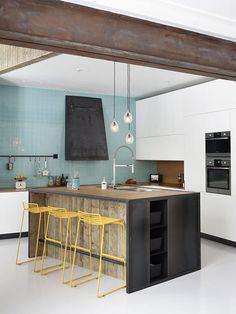 Cozinha com Detalhes em Ferro e Banquetas Amarelas