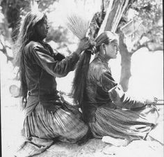 Picture of Navajo Woman Tying her Daughters Hair. Written on the back: Navajo mother tying hair of daughter, showing how brush is used. Publisher: University of Wyoming. Native American Pictures, Native American Wisdom, Native American Beauty, Native American Tribes, Native American History, American Indians, Navajo Women, Native Indian, Nativity