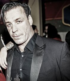 LOOK AT THIS GORGEOUS PICTURE OF TILL LINDEMANN.