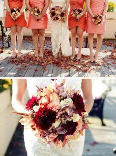 Buchet de mireasă cu trandafiri roșii, crizanteme, garoafe și dalii | http://nuntaingradina.ro/buchet-de-mireasa-cu-trandafiri-rosii-crizanteme-garoafe-si-dalii/