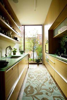 Cocina larga y estrecha, con armarios de bambú #smallkitchens