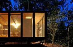 Casa na Mata is a simple small house set in São Paulo, Brazil. The house has been designed by the architecture firm Nitsche Arquitetos, who took Light Architecture, Architecture Design, Osb Wood, Shelter Design, Winter Cabin, House Deck, Steel House, Glass House, Dream Rooms