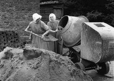 IlPost - Due missionarie francescane spalano sabbia in una betoniera per costruirsi una piscina a Godalming, in Inghilterra, 14 maggio 1976. (BIPS/Getty Images) - Due missionarie francescane spalano sabbia in una betoniera per costruirsi una piscina a Godalming, in Inghilterra, 14 maggio 1976. (BIPS/Getty Images)