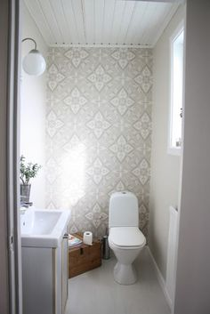 Fint, lugnt å varmt med beige, mer som ett vanligt rum. Bad Inspiration, Bathroom Inspiration, Bathroom Interior, Interior Design Living Room, Guest Toilet, Interior And Exterior, Small Spaces, Sweet Home, Decoration