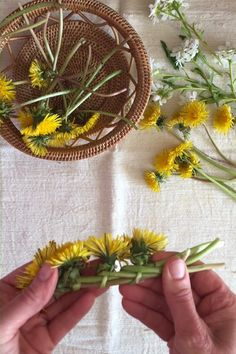 How to make a Dandelion Crown - Modern Design Diy Crafts Hacks, Cute Crafts, Crafts To Do, Crafts For Kids, Arts And Crafts, Paper Crafts, Diy Paper, Diy Projects, Diy Flower Crown