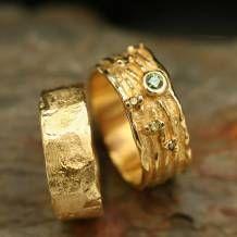 Wij hebben veel ervaring met het maken en ontwerpen van sieraden. Deze kunnen van verschillende materialen zoals onder andere goud, zilver en titanium vervaardigd worden. Uw eigen ideeën proberen wij hierbij zoveel mogelijk in te verwerken. Een eigen ontwerp is alleen voor u. Hierdoor krijgt u een uniek sieraad die door niemand anders gedragen wordt.