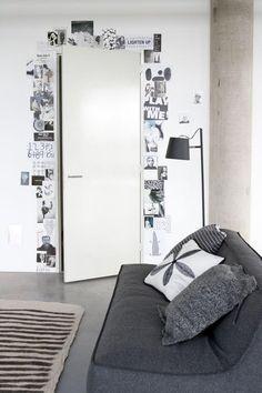 Foto's, kaarten, inspirerende teksten als omlijsting van een deur.