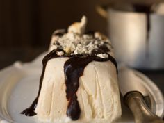 Nougat parfait with hot chocolate. Italian dessert: Nougat parfait with hot chocolate (in Italian) Parfait, Italian Desserts, Banana Split, Gelato, Gluten Free Recipes, Hot Chocolate, Oreo, Panna Cotta, Ice Cream