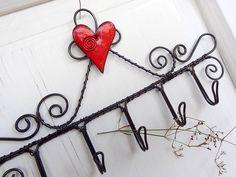 Vešiak zhotovený z čierneho oceľového drôtu a keramického srdiečka nádhernej červenej farby,drôt ošetrený. Vzdialenosti medzi háčikmi sú 4 cm. Farba srdiečka sa môže mierne ...