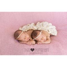 Lindas!!!  #ensaionewborn #newborn #fotografiaderecemnascido #gestante #gravidez #love #cute #babygirl #love #twins #newborntwins by thais_thomazzoni