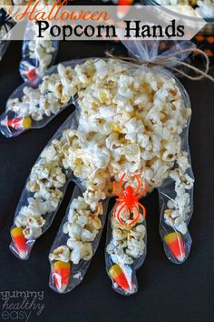 Halloween Popcorn Hands by yummyhealthyeasy: Fun and easy to make with the kids. Halloween Popcorn Hands by yummyhealthyeasy: Fun and easy to make with the kids. Bonbon Halloween, Recetas Halloween, Soirée Halloween, Halloween Popcorn, Halloween Class Party, Adornos Halloween, Easy Halloween Crafts, Halloween Treats For School, Halloween Carnival Games