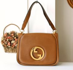 6a13cc1a81 Gucci Bag 70s Big Logo Leather Camel Brown Shoulder Handbag by hfvin on  Etsy Bolsos Vintage