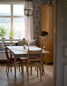luxurious homes interior Country Style Living Room, Dining Room Wallpaper, Classic Dining Room, Interior Styling, Interior Design, Old Cottage, Home Comforts, Scandinavian Home, My Dream Home