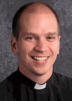 Um pastor de Michigan, nos Estados Unidos, que já fez pronunciamentos contra o casamento entre pessoas do mesmo sexo, foi flagrado em busca de relações em um aplicativo de paquera gay, chamado Grindr. Após o ocorrido, ele renunciou ao cargo.