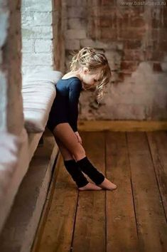 our 4 yr old grand daughter is taking ballet, this little girl is so adorable. Poses, Foto Sport, Little Ballerina, Ballerina Feet, Little Girl Dancing, Tiny Dancer, Ballroom Dancing, Jolie Photo, Dance Photography