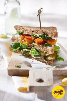 Vegetarisches Clubsandwich mit Gemüse, Salat und Pesto #goldentoast