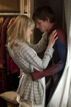 """The Amazing Spider-Man Gwendolyn """"Gwen"""" Stacy is played by Emma Stone and Peter Parker, a. Spider-Man, is played by Andrew Garfield. Peter just came into Gwen's room through the window and Gwen is looking at his wounds. Spiderman Movie, Amazing Spiderman, Spiderman Images, Movie Couples, Cute Couples, Famous Couples, Remo E Sirius, Andrew Garfield Spiderman, Emma Stone Andrew Garfield"""