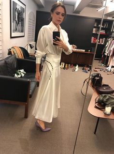 Victoria Beckham in cream white silk shirt outfit Victoria Beckham Outfits, Victoria Beckham Style, Silk Satin Dress, Satin Dresses, David Beckham House, Navy Blue Leather Sofa, Victoria And David, Victoria Fashion, Stylish Office