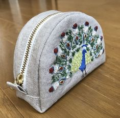 半月型のファスナーポーチの作り方を公開します! | すてっちらぼ Quilted Bag, Diy Bags Purses, Fabric Gifts, Sewing Techniques, Diy Clothes, Hand Embroidery, Sewing Crafts, Diy And Crafts, Sewing Patterns