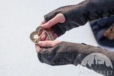 """Handgemachte Fausthandschuhe """"Die Nachfolgerin des Winters"""" konnotieren mit Eleganz und passen Edeldamen sehr gut, Bälle und Reiten sind die Orte für solche Fausthandschuhe. Naturwolle, Handstickerei und extravagantes Design machen diese Sache exklusiv."""