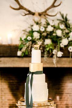 Heiraten im Winter: Ideen für eine romantische Winterhochzeit | Hochzeitsblog The Little Wedding Corner Table Decorations, Wedding, Home Decor, Golden Bowl, Modern Typography, Black Candles, Silk Ribbon, Flower Jewelry, Wedding Pie Table
