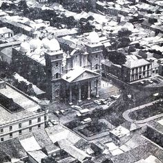 """""""Y ya nada será igual, China testigo sois vos""""    Vista aérea de la Basílica de Nuestra Señora del Rosario de Chiquinquira y sus alrededores para los años 60s    #ConoceTuPatrimonio #Maracaibo #Venezuela #Patrimonio #JovenesEducandoAJovenes #MCBO487 #Maracaibo487años #Especiales #Intromcbo    Imagenes cortesía del Acervo Histórico del Zulia."""