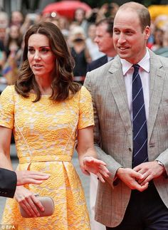 The Duchess let her outfit do the talking and accessorised with a small nude box clutch